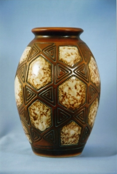 306.J Vase G&eacute;om&eacute;trie - Gr&egrave;s blanc &eacute;maill&eacute;<br/>Valeur : 2500&euro;
