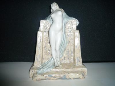 1.J - Statuette Courtisane au mur KOXΛIΣ - Porcelaine partiellement émaillée<br/>Modèle rare - H: 27cm - Valeur : 15000€