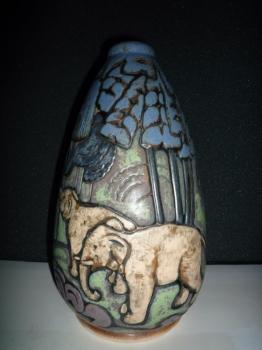 Vase aux éléphants - Modèle de Legrand<br/>H: 30cm - Valeur : 7500€